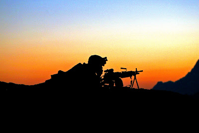 OPERACIÓN ANACONDA 0420-0907-0515-1300_military_sniper_with_his_weapon_providing_security_at_sunset_in_afghanistan_o