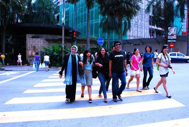 Menyeberangi Kuala Lumpur, Malaysia: Ikang Fawzi, Marissa Haque, Bella Fawzi & Chikita Fawzi