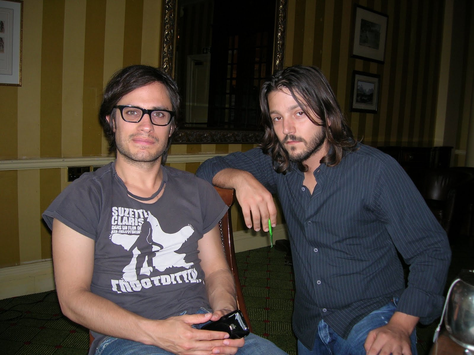 http://4.bp.blogspot.com/_gHebPvjbFpY/TJ-kty3buoI/AAAAAAAAAic/FnqzRDfwMMk/s1600/Gael+Garcia+Bernal+and+Diego+Luna.JPG