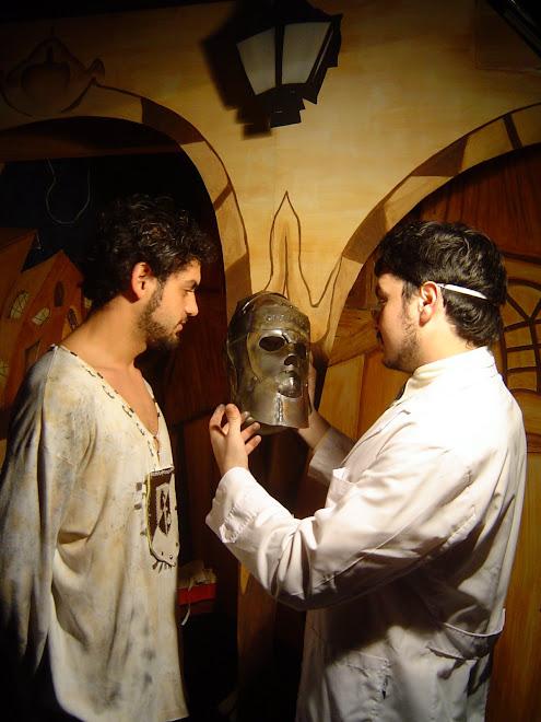 el director de la película Frido Nuñez  (con la máscara)y el actor Emmanuel Jimenez