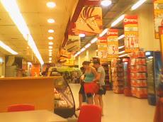 Turistas   en  un  centro  comercial  de  Huancayo
