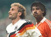 Rijkaard cospe em Voller, ao passar pelo jogador alemão