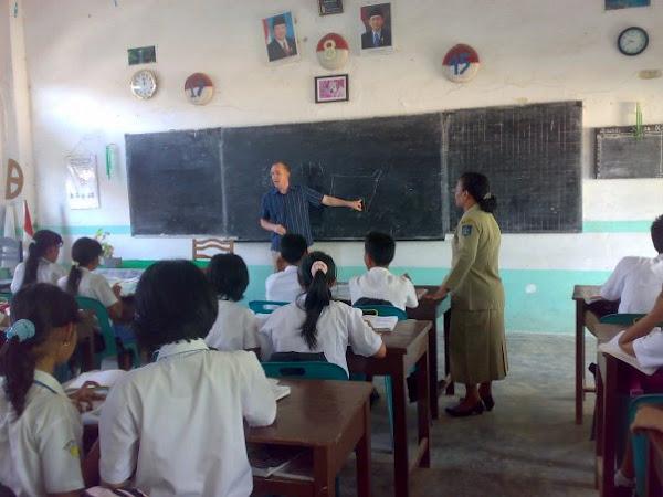 MR. Gibson Memberikan Educasi di Class Bilingual Class