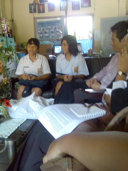 INTERVIEW SISWA DENGAN MR. J DARI AMERICA DALAM MONITORING EQUIPMENT PEMBELAJARAN  SMP N 1 SIBOLGA