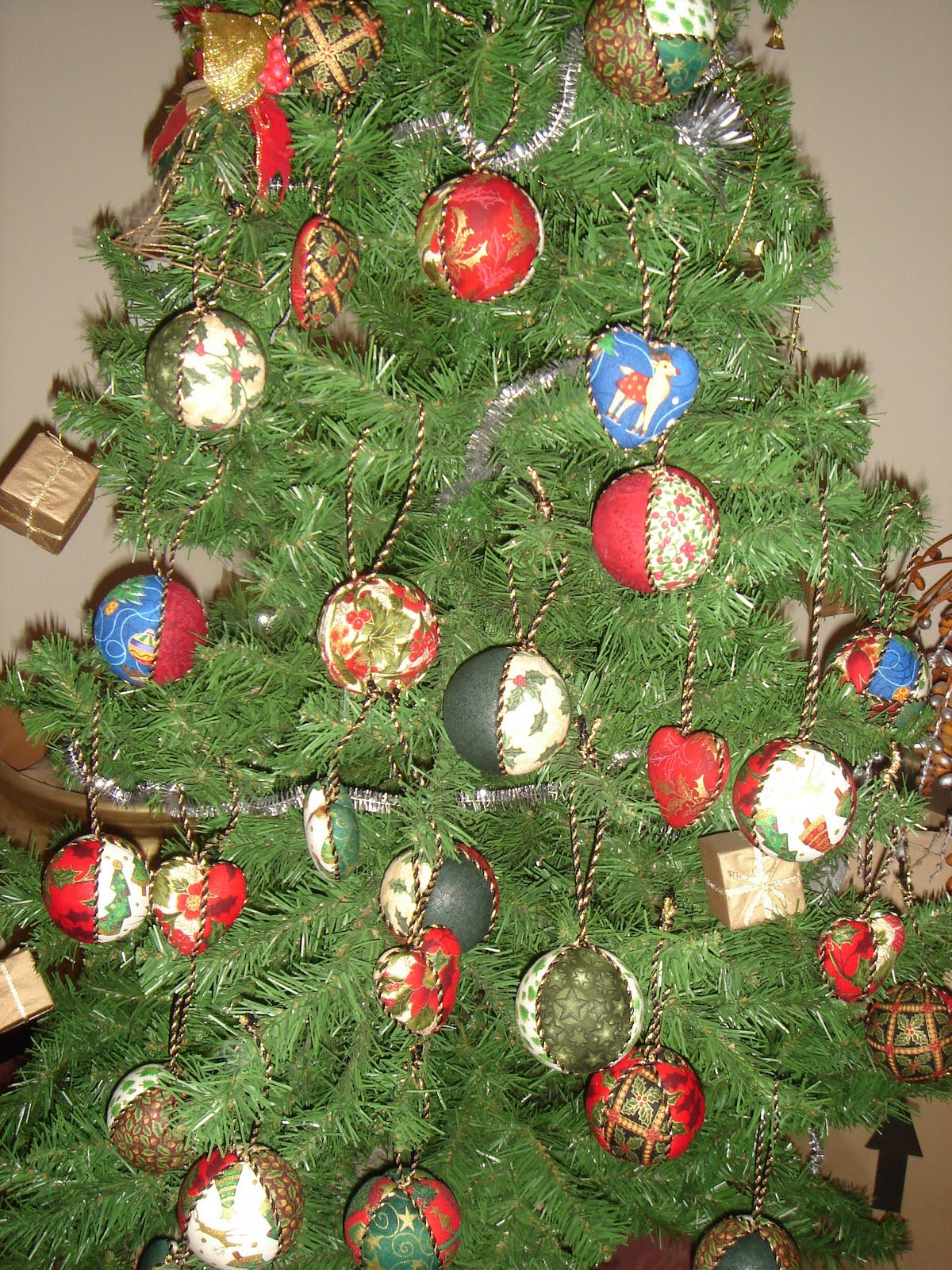 El rinconcito de la azufaifa bolas y corazones de navidad - Arbol de navidad de tela ...