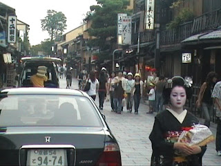 Geisha (芸者), Geiko  (芸子), Maiko (マイコ) in Gion  (祇園), district of Kyoto (京都), Japan (日本) (Gion, quartier de Kyoto au Japon)