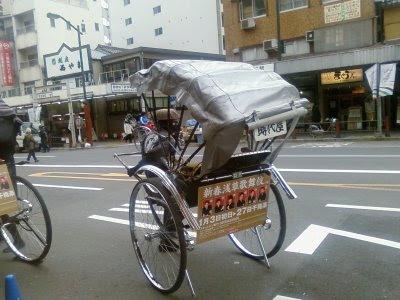 http://4.bp.blogspot.com/_gmboxTZBB14/SXsAXZGNs7I/AAAAAAAABRc/EWjr7ct74rk/s400/Manpulling+rickshaws+in+Asakusa+Tokyo+Japan+my+life+in+japan+jayaprakash.jpg