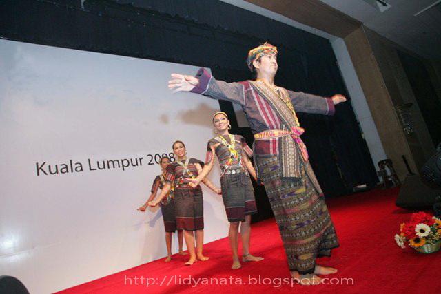 http://lidyanata.blogspot.com/2008/05/sejak-kapan-orang-malaysia-pake