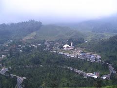 jalan meliuk-liuk menuju masjid
