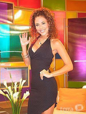 Adriana Quevedo saludando con la mano