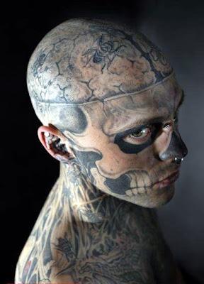 Hombre tatuado de calavera