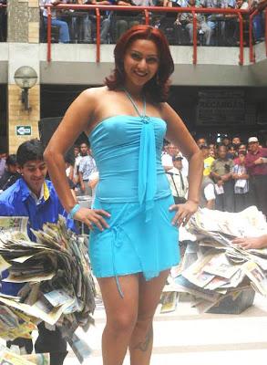 Cynthia Macedo en Gamarra para un Sorteo