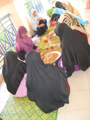 Singgah sarapan bersama-sama adik-adik KMPh