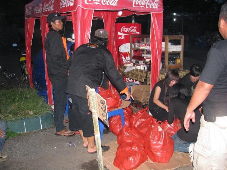 Panitia Konsumsi, sibuk menyiapkan nasi gratis, dari 500 nasi, tny membengkak jadi 700 bungkus