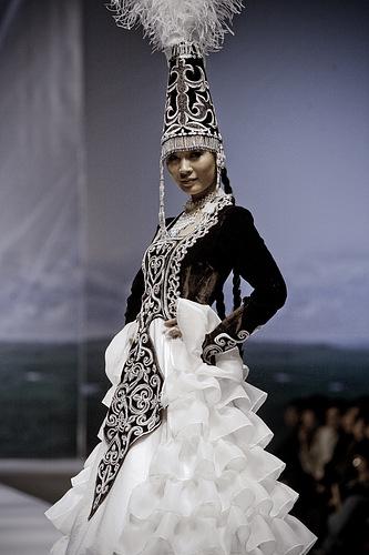 Femmes afghane - Page 2 Kazakh+costume2
