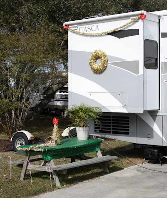 Photo of an Itasca motorhome decorated for Christmas