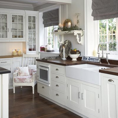 Una cucina bianca shabby chic interiors for Are white kitchen cabinets still in style