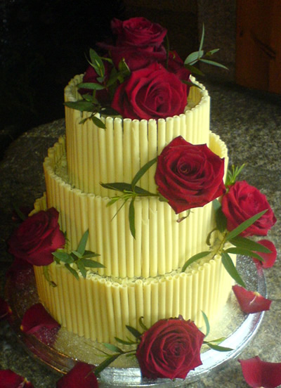 Pasta Vanilla Wedding Cakes With Red Roses And Fresh Fruits