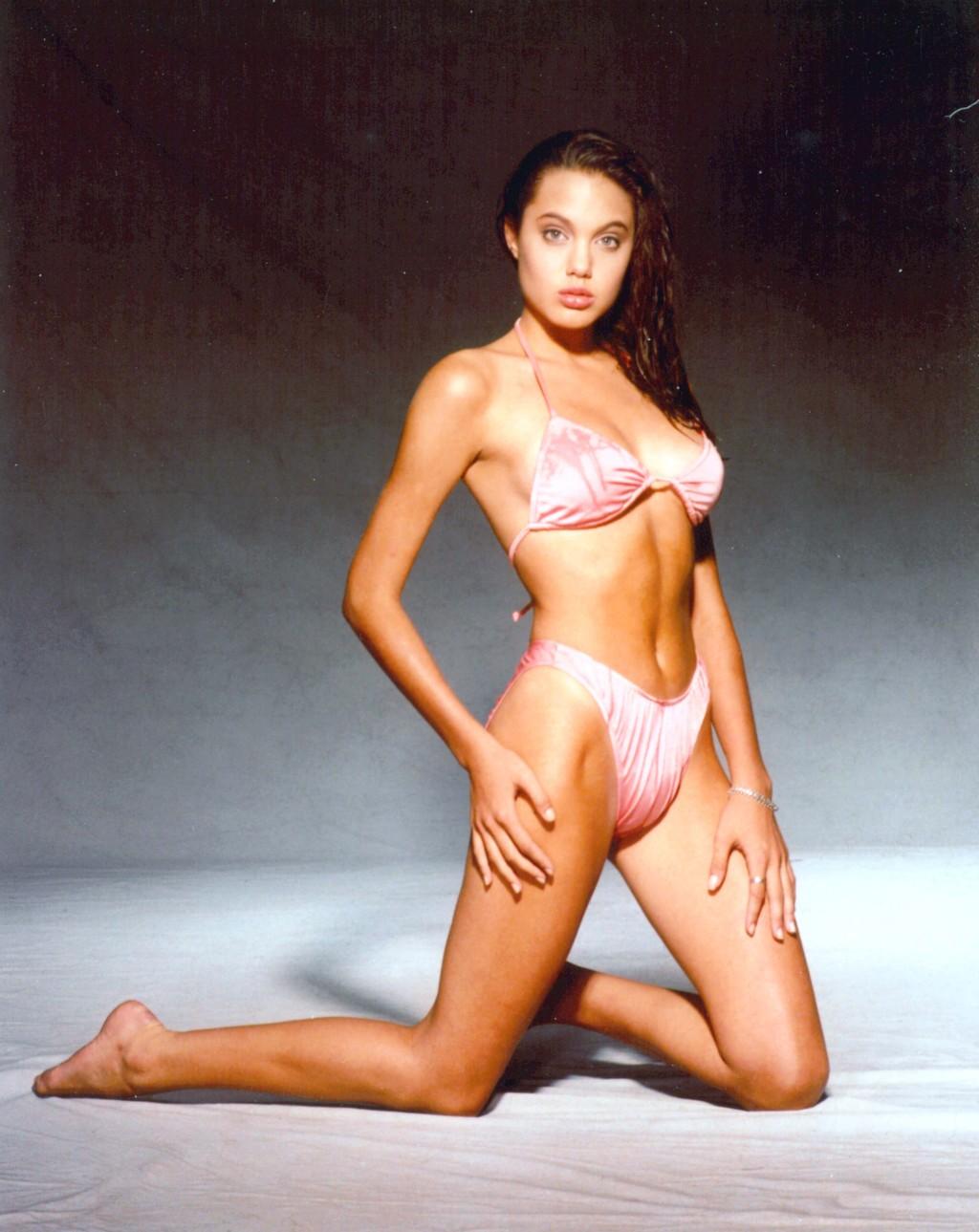 http://4.bp.blogspot.com/_hBDiC_aWJc4/TExg8TMgsGI/AAAAAAAADzo/d3TZyBK6YSw/s1600/angelina-jolie-bikini-1.jpg