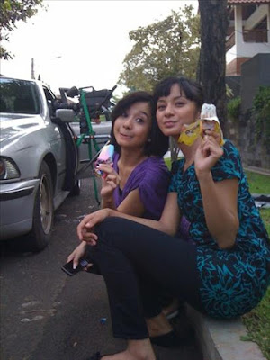 Kirana Larasati & Laudya Cinthya Bella enjoying ice cream