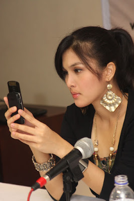 Sanda Dewi - Cell Phone