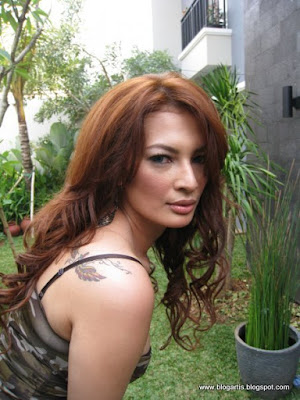 Sisca Adrian Shows Off Tattoo on Her Back