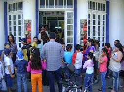 Público na entrada do clube comercial