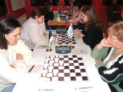 Les premiers jeux de l'esprit avec les dames, les échecs, le go, le bridge et les échecs chinois.