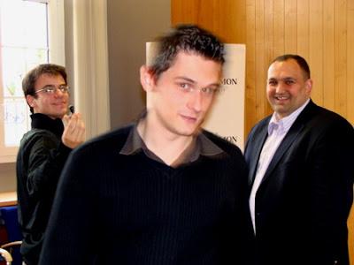 Un organisateur souriant (Diego Salazar), un joueur hilare (Romain Edouard) et son adversaire (Matthieu Cornette) dans le flou, à l'image de sa prestation - photo Diego Salazar