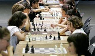 Des jeunes joueurs d'échecs, lors de l'organisation d'un tournoi par l'échiquier Henri IV. © R. Lazzerini