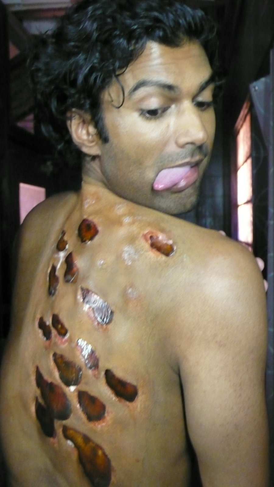 [ep+2+sendhil+examins+the+tasty+morsels+that+have+sprung+up+on+his+back]