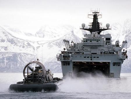 kapal induk militer di lautan