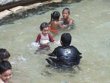 Lepas makan anak-anak apa lagi, terjun dalam kolamlah. Aliff sampai