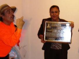 Antonio Jairo, entregando por medio artistico expresivo de la pantomima una placa.