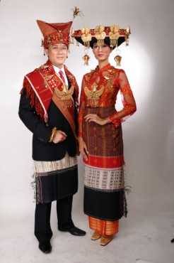 pengantin adat batak karo pengantin wanita batak karo mengenakan baju ...