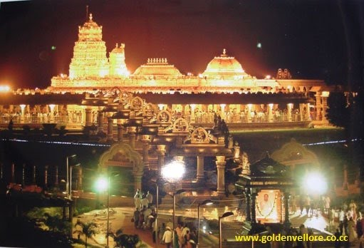 golden temple vellore images. pillars of the temple.