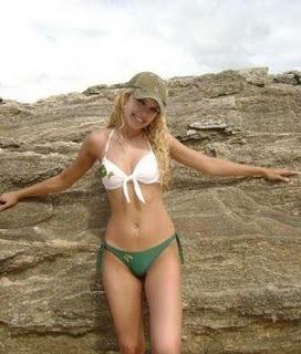 Mujeres lindas y rubias en la playa