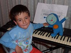 Jorge y Pupi tocando el piano