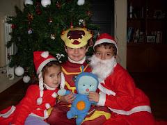 David, Jorge y su hermana con Pupi en Navidad