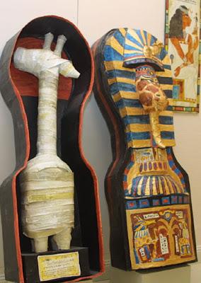 « Sarcophage et Momie de Thouthankoûlhon IV, grand-prêtre de la XXVIIe dynastie. Cette découverte permit de mettre en évidence le culte encore inconnu à ce jour d'un nouveau Dieu Girafisis » - Ce genre de trucs ne s'invente pas