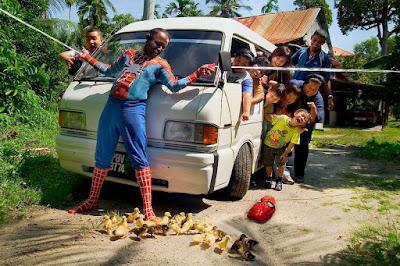 Spiderman noir sauvant des canetons