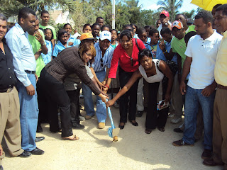 Alcalde Serie 23 entrega cheques para dejar iniciados trabajos de construcción de aceras y contenes.