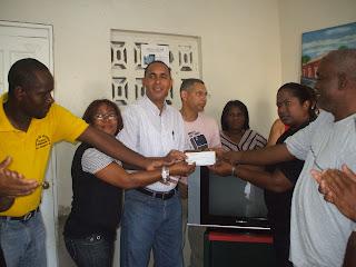 Diputado Nelson Arroyo entrega TV y cheque a Unión de Juntas de Vecinos.