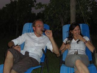 Der Winzer und die Kärntnerin mit einem Glas Wein im Liegestuhl im Weingarten