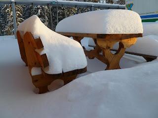 Стол в снегу
