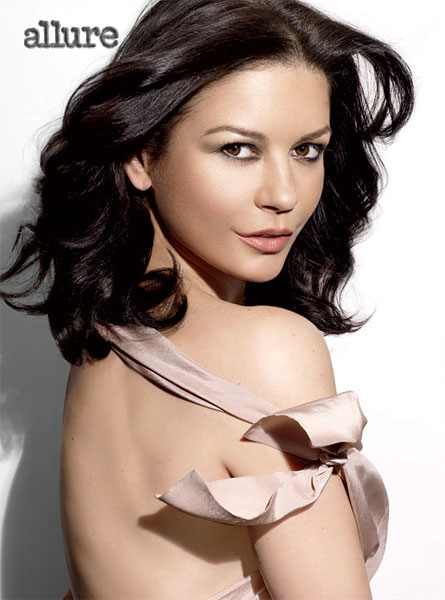 Catherine Zeta-Jones nue dans Allure