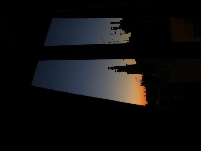 la fenetre laisse le matin rentré dans l'obscurité intérieure