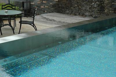 Le blog du 3 rue du port piscine miroir piscine inox et for Piscine miroir et debordement