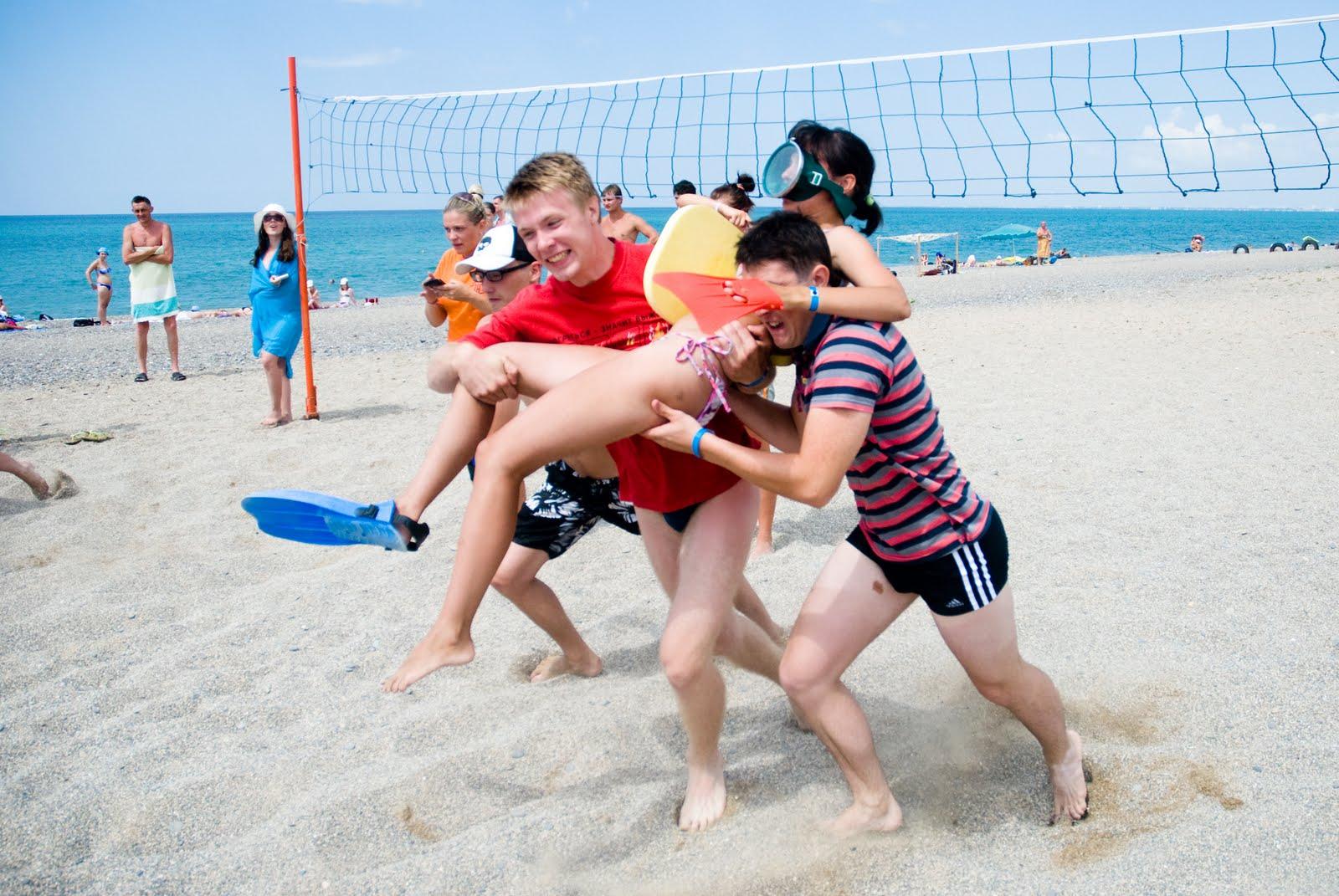 Четыре девушки на пляже 30 фотография