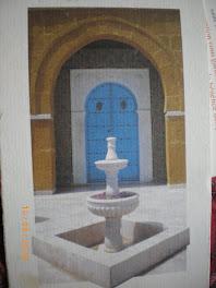 un jet d'eau, une porte bleue, un doux soleil